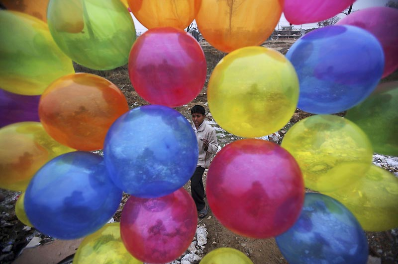 Jeudi 25 février, un adolescent pakistanais de quatorze ans vend des ballons sur le bord d'une route, près d'Islamabad.