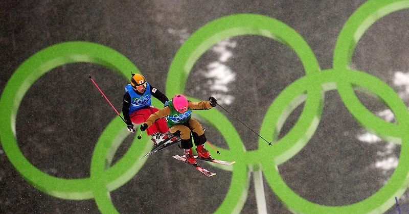 Duel aérien. Sur fond d'immenses anneaux olympiques, comme suspendues dans l'air, la skieuse française Marion Josserand et son adversaire de l'équipe japonaise Noriko Fukushima s'affrontent pendant l'épreuve de freestyle du skicross dames. Un duel serré qui a rapporté la médaille de bronze à Marion Josserand et une dixième médaille à la France, grâce aux belles performances en biathlon et en skicross, aux Jeux olympiques d'hiver de Vancouver, au Canada. Née en 1986 à Saint-Martin-d'Hères, près de Grenoble, Marion Josserand est montée sur les skis à l'âge de 4 ans. Déterminée et courageuse, la jeune skieuse n'a jamais renoncé, malgré plusieurs blessures. Elle est aujourd'hui récompensée.