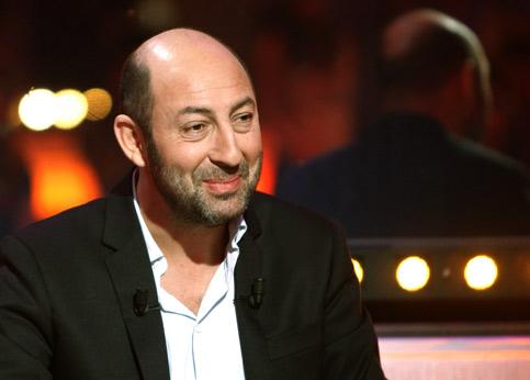 <h3><font color=''#EEEEEE''>04 - Kad Merad : 2,75 millions d'euros</font></h3>Entre <i>Safari</i> (757 500 euros), <i>Le Petit Nicolas</i> (1 million d'euros) et <i>RTT</i> (1 million d'euros), l'acteur a connu une excellente année. Pour les tournages de 2010, il peut espérer 1,5 million d'euros. Sur <i>La Fille du puisatier</i>, premier film de Daniel Auteuil, il a obtenu 880 000 euros pour un second rôle. Mais pour ne pas voir des projets lui échapper, il varie sans hésiter sa rémunération. C'est le cas pour <i>Monsieur Papa</i>, pour lequel il est même passé derrière la caméra.