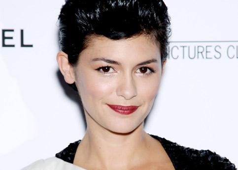 <h3><font color=''#EEEEEE''>10 - Audrey Tautou : 1,5 million d'euros</font></h3>Avec 1,5 million d'euros pour Coco avant Chanel, Audrey Tautou est l'actrice française la mieux payée par film. Rare, elle tourne un long-métrage par an. Actuellement au théâtre à Paris dans Maison de poupée, d'Ibsen, elle sera de retour sur les écrans de cinéma à Noël. Ce sera dans <i>Soins complets</i>, une comédie romantique de Pierre Salvadori, où elle jouera la fille de Nathalie Baye.