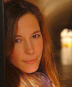 Astrid Éliard conte, avec humour, sarcasme et ironie, des histoires defiasco en chambre.