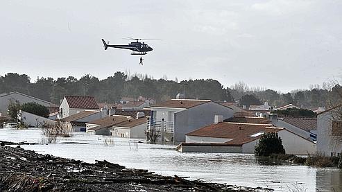 Dans plusieurs localités, comme à La-Faute-sur-Mer, les toits de certaines maisons émergeaient à peine de l'eau et des familles en larmes attendaient des nouvelles de leurs proches portés disparus.