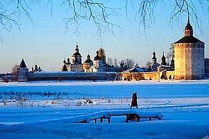 Soleil couchant sur les remparts de Saint- Cyrille-du-Lac-Blanc, sourire et pommettes rougies par le froid : l'hiver russe est poétique ! (Thomas Goisque/Le Figaro Magazine)