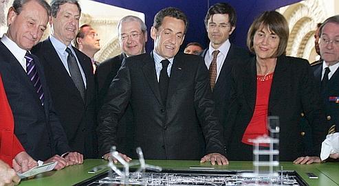 Nicolas Sarkozy,en avril 2009, examinant des maquettes du «Grand Paris».