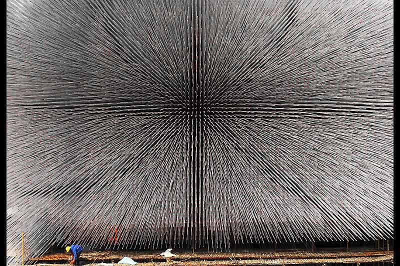 Dimanche 21 février, un ouvrier travaille à la construction de la Seed Cathedral, avant l'Exposition universelle qui se tiendra à Shanghaï du 1er mai au 31 octobre.