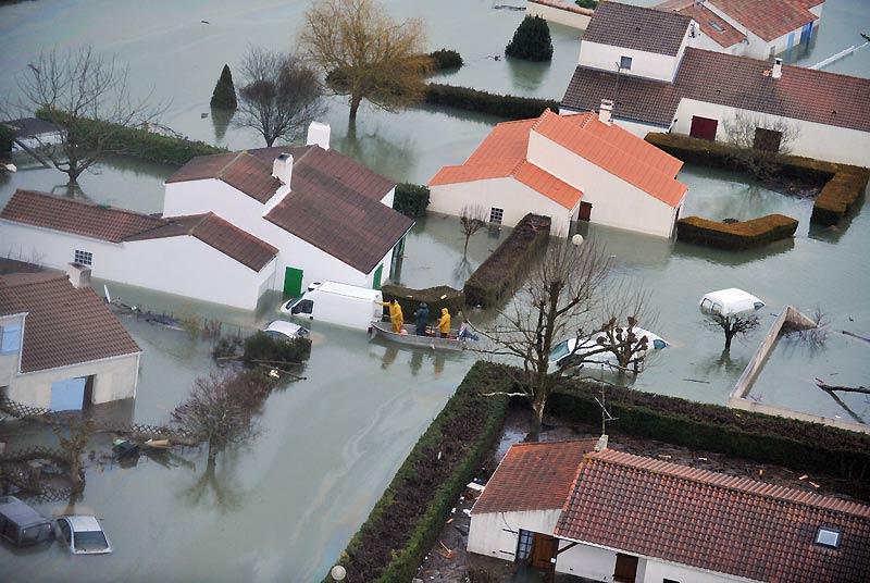 La tempête Xynthia, l'une des plus violentes depuis celle de 1999, a fait au moins 45 morts et endeuillé la Vendée, frappée sur son littoral par des inondations provoquées par la conjonction de vents violents et de fortes marées. Ici, les riverains ont été surpris par la brusque montée des eaux sur la commune de La-Faute-sur-Mer.
