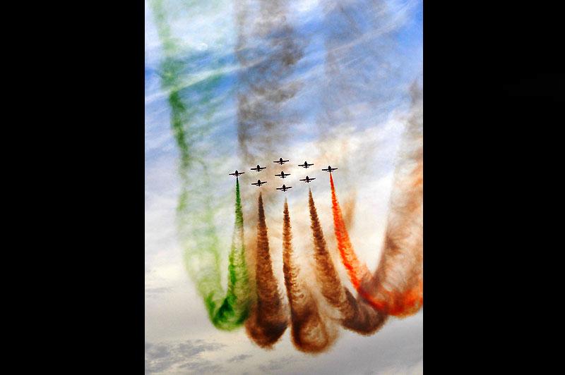 Dans le Rajasthan, près de Pokran, show aérien de l'aviation indienne qui dessine dans le ciel les couleurs du pays, dimanche 28 février..