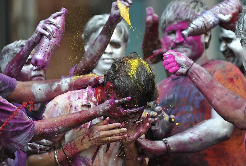 Comme chaque année en Inde, début mars, le jour de pleine lune marque le début du festival de Holi. Cette fête très attendue est internationalement connue pour ses explosions de couleurs. Le pays se transforme en un véritable terrain de jeu où les habitants s'aspergent de poudres colorées et de peintures. Du vert pour l'harmonie, du rouge pour l'énergie et l'amour, de l'orange pour l'optimisme…