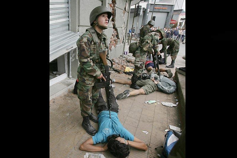 Après le séisme, l'anarchie. Les autorités chiliennes ont par ailleurs prolongé le couvre-feu à Concepcion et déployé 4.000 soldats de plus dans la deuxième ville du pays pour mettre fin aux pillages et aux actes de délinquance consécutifs à la catastrophe (Ci-dessus, photo prise le mardi 2 mars).