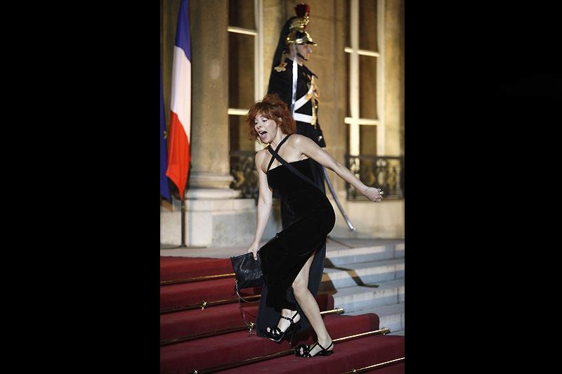 Chute à l'Elysée. Faux pas pour Mylène Farmer, reçue à au palais présidentiel mardi soir pour le dîner en l'honneur de Dmitri Medvedev, Président de la Russie. La chanteuse s'est pris les pieds dans les lanières de son sac. L'image fait depuis le bonheur des internautes. <b><a href=''http://www.dailymotion.com/video/xcfolh_mylne--l-elyse-la-chute_music'' target=''_blank'' >(Cliquez ici pour voir la vidéo) </a></b>