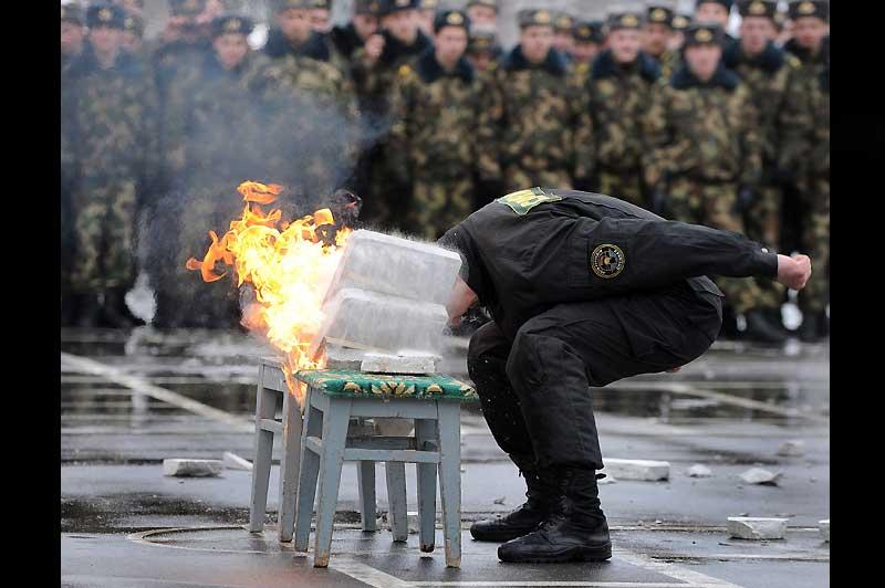 Pour montrer leur bravoure, les Forces spéciales biélorusses sont prêtes à tout, comme de briser des blocs de ciment en feu avec leur tête, fin février.
