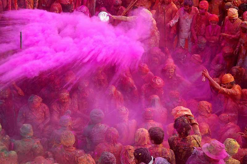C'est ainsi que les Indiens fêtent chaque année l'arrivée du printemps, à la pleine lune de la fin février-début mars, en s'arrosant mutuellement - touristes compris – de toutes les poudres colorées qu'ils parviennent à trouver. Du vert, du bleu, de l'orange, avec une nette préférence pour les rose (indien, bien entendu), couleur de bienvenue dans leur pays. On regrettera simplement que, depuis quelque temps, les poudres végétales traditionnelles soient de plus en plus souvent remplacées par des colorants industriels (voir l'homme qui brandit l'aérosol, à droite), moins chers mais parfois toxiques : en 2008, à Kanpur, vingt personnes avaient dû être hospitalisées.