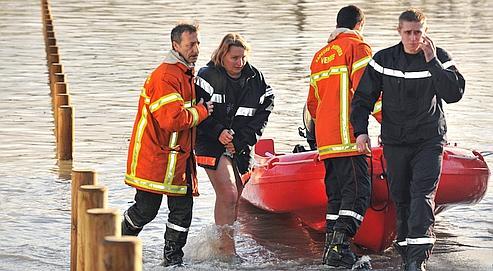 Une femme est évacuée par les secours à La-Faute-sur-mer, en  Vendée.