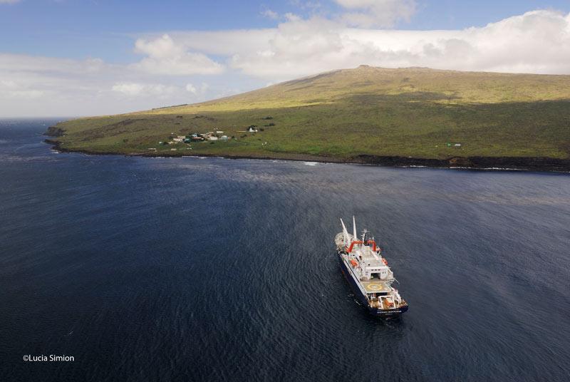Situés en moyenne à 13.000 km de la métropole, les archipels de Kerguelen et de Crozet, ainsi que les îles Saint-Paul et Amsterdam, ne sont accessibles que par la mer. C'est le <i>Marion Dufresne</i> (ici, à l'approche de l'île d'Amsterdam), qui assure le ravitaillement et le transport des hommes présents sur place - scientifiques ou militaires. <br>Les Taaf n'ont pas d'habitants permanents. Il faut en moyenne cinq jours au navire pour parcourir les 3.000 km qui séparent ces territoires de l'île de la Réunion, leur port d'attache.