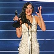 Marion Cotillard reçoit l'Oscar pour La Môme en 2008.