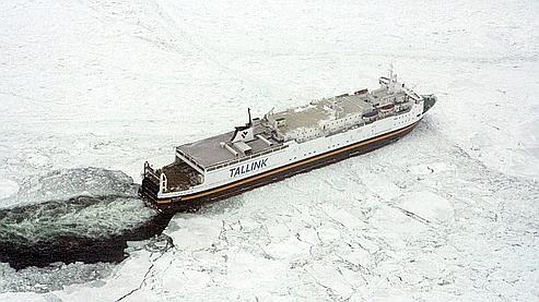 Des passagers bloqués dans les glaces de la mer Baltique