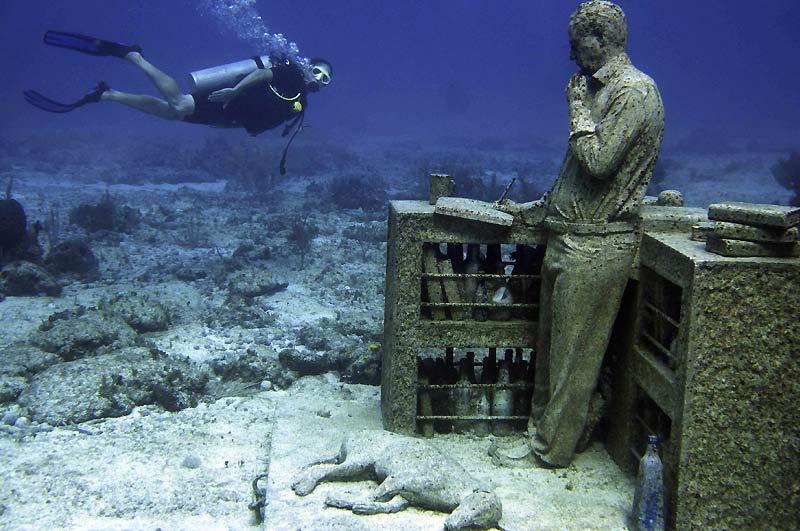 Pas besoin de ticket d'entrée pour visiter ce musée, mais il vous faudra vous munir de palmes, d'un masque et d'un tuba pour y découvrir les œuvres exposées au fond de la mer. Inauguré au mois de novembre 2009, le Musée sous-marin de Cancun, au Mexique, offre aux visiteurs 400 sculptures placées au fond du Parc National Maritime de la Côte Occidentale de Isla Mujeres. Les premières statues sont celles de l'artiste anglais Jason de Caires Taylor.