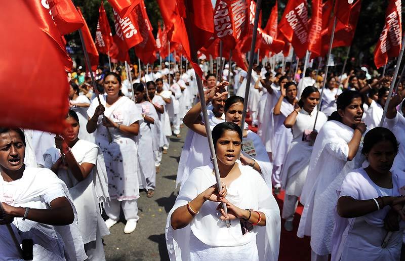 Journée des femmes à New Delhi. Les manifestantes condamnent les atrocités commises à l'encontre des femmes et réclament des réformes dans le domaine de l'éducation et du monde du travail.