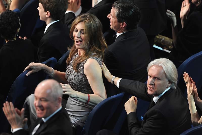 Six Oscars pour <b><a href=''http://www.lefigaro.fr/cinema/2010/03/08/03002-20100308ARTFIG00372--demineurs-pulverise-avatar-aux-oscars-.php'' target=''_blank'' >(Kathryn Bigelow) </a></b>, dont celui de meilleure réalisatrice. Avec son film Démineurs, elle est la première femme américaine à recevoir cette récompense. Son ex-mari, James Cameron, réalisateur d'Avatar, l'a félicitée.