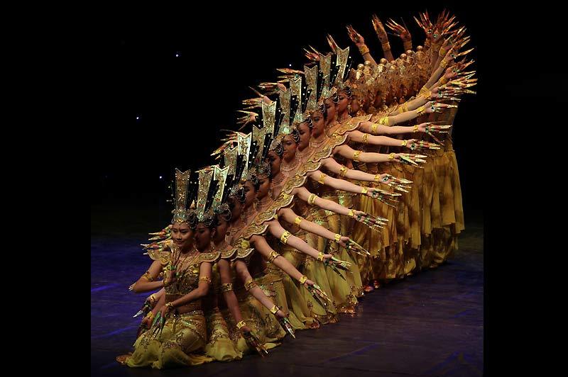 Les membres de la «China Disabled People's Performing Art Troupe» présentent le Bodhisattva aux mille mains par les personnes malentendantes, à Amman, en Jordanie, lundi 8 Mars. 104 artistes, toutes avec des déficiences auditives, visuelles ou physiques, ont mené une série de chansons, de danses et d'actes de l'opéra de Pékin.