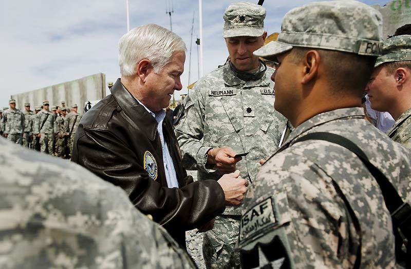 Le secrétaire américain à la Défense, Robert Gates, en visite à Kaboul, lundi 8 mars. Il a indiqué que les forces internationales seraient encore confrontées à «d'âpres combats » face aux talibans.