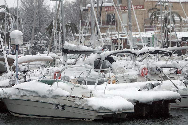 Image incongrue du port de Saint-Cyprien croulant sous la neige. Dans la nuit de lundi 8 à mardi 9 mars, plus de six mille voyageurs ont été bloqués dans les Pyrénées Orientales et l'Aude, départements paralysés par des chutes de neige exceptionnelle pour la région.