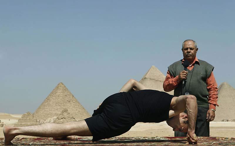 L'Égyptien Mohammed Ali Zinhom, 25 ans, tente un nouveau record mondial de pompes sur les deux doigts de sa main droite, face au site historique des Pyramides de Gizeh, en Égypte, lundi 8 Mars. Il a enregistré 46 pompes en 49 secondes. Incroyable !