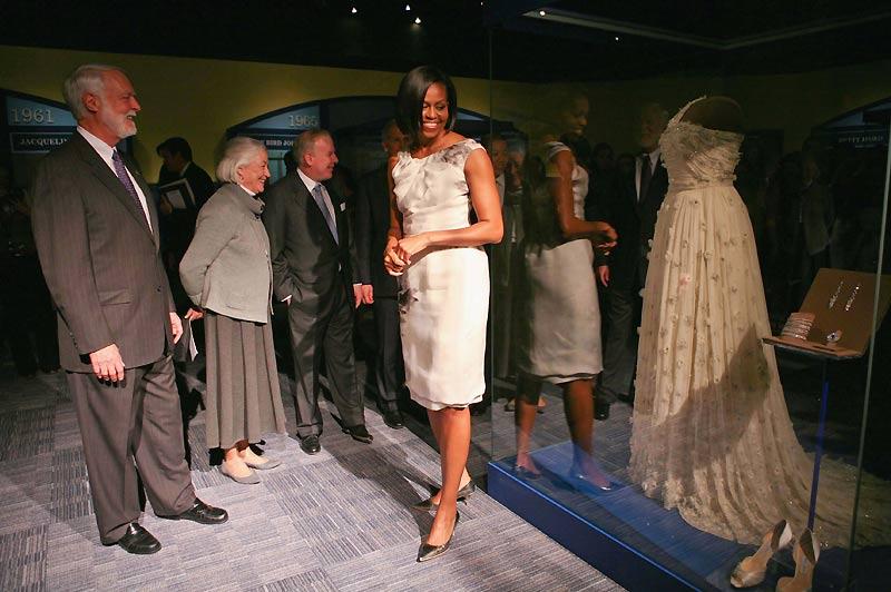 Mardi 9 mars, Michelle Obama a offert au musée de l'Histoire américaine la robe de bal qu'elle portait lors de la soirée d'investiture présidentielle, le 20 janvier 2009. Elle a ainsi inauguré une nouvelle aile du musée, dédiée aux First Ladies du pays, un lieu où photos et tenues des grandes occasions (et particulièrement des débuts de chaque First Lady) seront exposées au public.