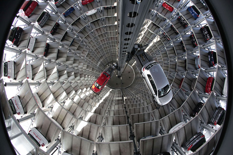 Le système est entièrement informatisé. En sortie de chaîne du constructeur automobile Volkswagen, un tapis roulant puis une plate-forme élévatrice déposent à la bonne place dans une tour de stockage chaque voiture qui doit être livrée au client à l'usine, et vient la reprendre au moment de la mise à la disposition du nouveau propriétaire. Ci-dessous, une vue générale du site, du haut de l'une des deux tours où sont empilés les véhicules.