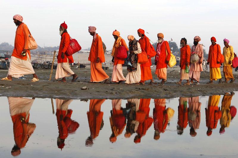 Jeudi 11 mars, à Allâhâbâd, des hindous marchent tout près du Gange, ce fleuve du nord de l'Inde considéré comme sacré. Selon les dévots, l'immersion dans ces eaux lave le croyant de ses péchés et la dispersion des cendres peut apporter une meilleure vie future.