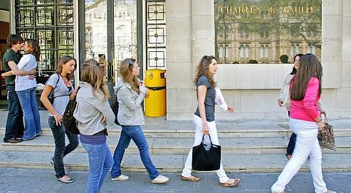 Sortie du lycée français Charles de Gaulle, en 2007.