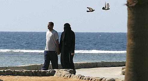 Un couple se promène sur les bords de la mer Rouge à Djedda.