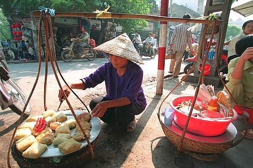 C'est la rue qui fait battre le pouls de la ville grâce, en particulier, aux centaines de cuisinières qui officient sur le trottoir.