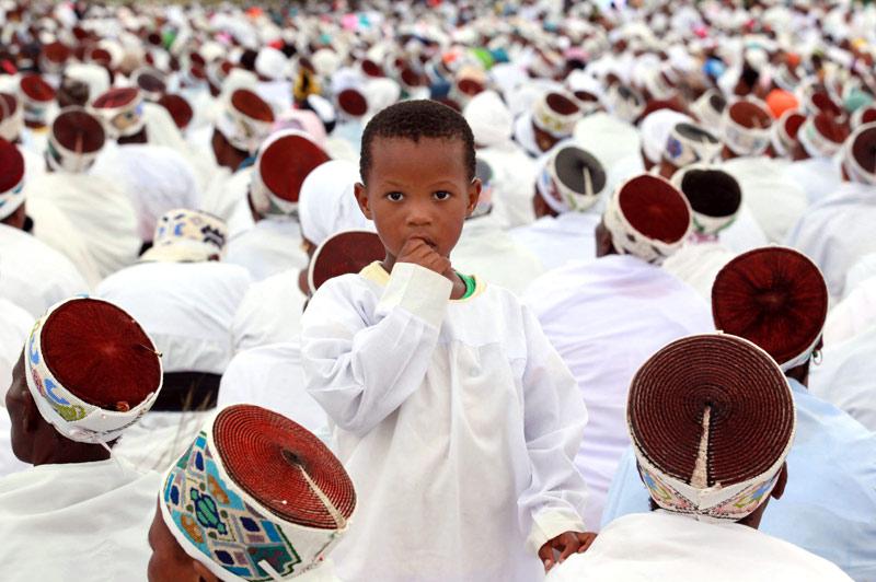Des dizaines de milliers d'adeptes de l'«Église baptiste de Nazareth» en Afrique du Sud - parmi eux ce petit garçon -, se sont rassemblés dimanche 14 mars, au siège de cette institution, à Ebuhleni, au nord de Durban. L'occasion de marquer le centenaire de la fondation de cette communauté religieuse, l'une des plus importantes du pays.