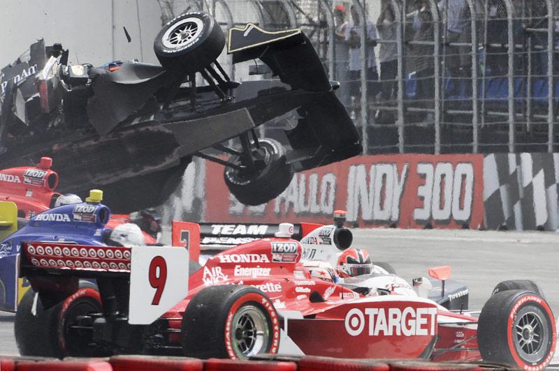 Spectaculaire : le conducteur Mario Moraes s'envole au-dessus de son concurrent Marco Andretti, sur le circuit de Sao Paulo lors d'une course d'Indy car. Hasard du calendrier, c'est aussi ce dimanche 14 mars qu'était lancée, quelques heures plus tôt, la Formule 1.