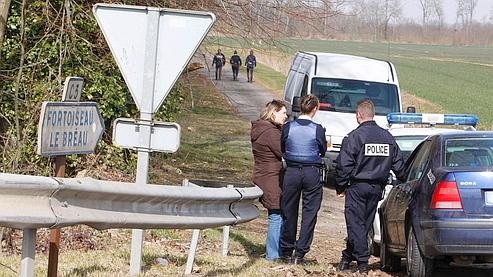Des policiers surveillent la zone où a éclaté la fusillade, sur un chemin de Villiers-en-Bière (Seine-et-Marne).