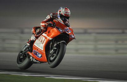 Casey Stoner a frappé un grand coup sur la piste de Losail au Qatar.