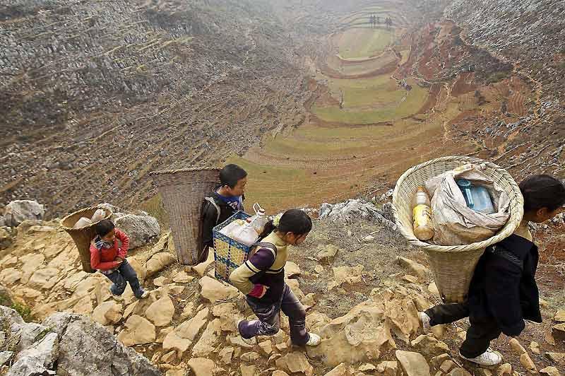 Paysage magnifique mais sec… au sud de la Chine, dans la province de Guizhou, à Liupanshui, dimanche 28 mars. Pour faire face à la sécheresse de ces derniers mois, des habitants, dont des enfants, se rendent chaque jour à un réservoir et rapportent l'eau jusqu'au village. Les pluies salvatrices sont attendues très prochainement…