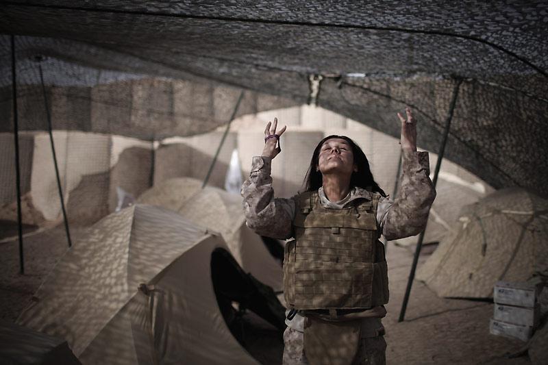 Le 21 mars, Nekqadama, cette femme en uniforme US et d'origine afghane pose devant l'objectif du photographe, dans la base militaire de Marjah. Elle est interprète, et fait ainsi le lien entre les deux cultures.