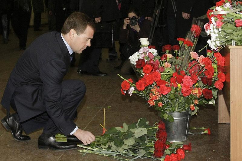 Au lendemain du double attentat-suicide qui a fait au moins 39 morts et 73 blessés, le président russe Dimitri Medvedev dépose des fleurs pour rendre hommage aux victimes. Drapeaux en berne, spectacles annulés, la capitale russe se recueille mardi 30 mars.