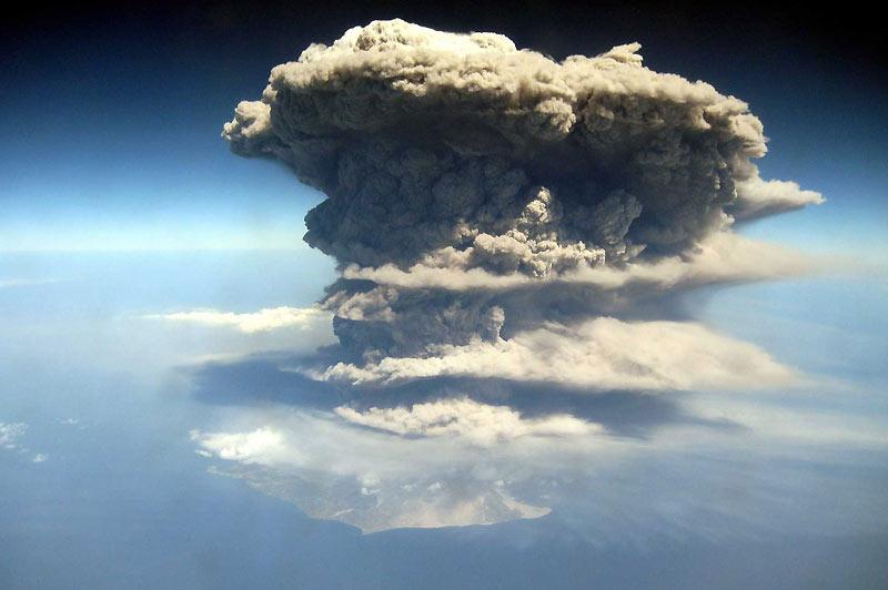 Le 24 mars, le volcan de La Soufrière est de nouveau entré en éruption sur l'île de Montserrat, qui se trouve à 80 km de Pointe-à-Pitre. Le dôme a partiellement explosé, envoyant des cendres à très haute altitude.