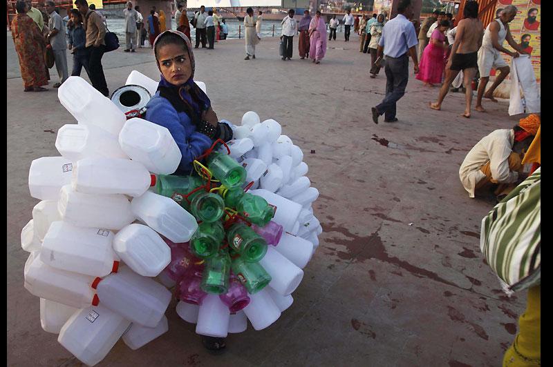 Jeudi 1er avril, cette jeune femme vend des bidons en plastique destinés à être remplis de l'eau du Gange, l'une des sept rivières sacrées d'Inde. Les hindous pensent que s'immerger avec cette eau les nettoiera de tous leurs péchés.