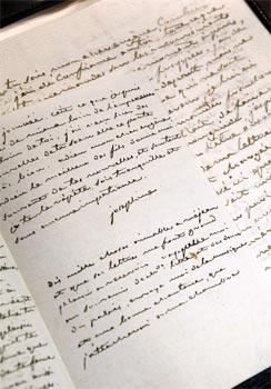 Gros plan d'une lettre de Joséphine de Beauharnais datant de 1796. (AFP)