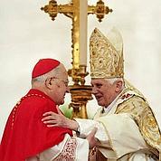 Les cardinaux en rangs serrés autour du Pape