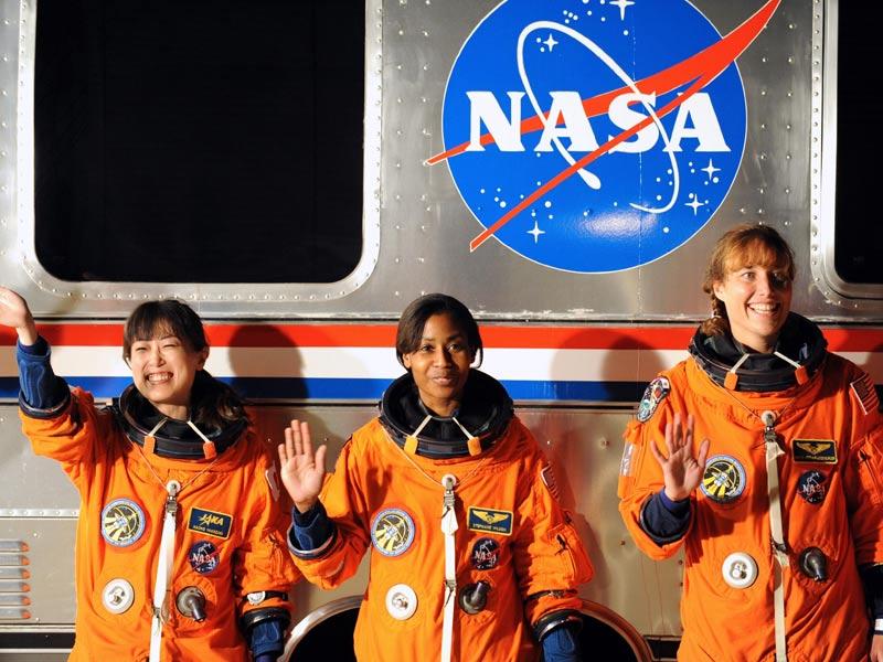 La place des femmes dans l'astronautique - Page 2 20100406PHOWWW00354