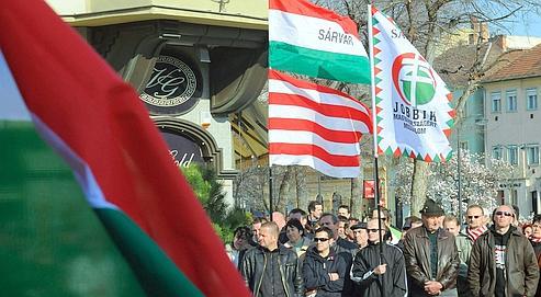 Rassemblement, le6 avrildernier demilitants duJobbik sous labannière blanche et rouge de la dynastie d'Arpad, lapremière ayant régné enHongrie (de896 à 1301). Ilscommémoraient l'anniversaire dudébut delarévolution de 1848.