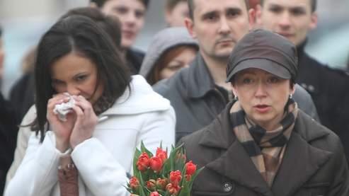 Dès l'annonce de la nouvelle samedi matin, les Polonais ont commencé à affluer devant le palais présidentiel à Varsovie.
