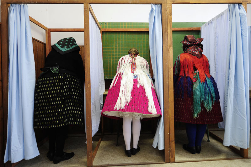 Dimanche 11 avril, les Hongrois ont commencé à se rendre aux urnes pour une élection législative dont on annonce la victoire écrasante du parti de droite conservateur - le Fidesz - (sorti vainqueur du premier tour avec 52,74% des voix) sur les socialistes aux pouvoirs depuis 8 ans. Le second tour aura lieu le 25 avril 2010.