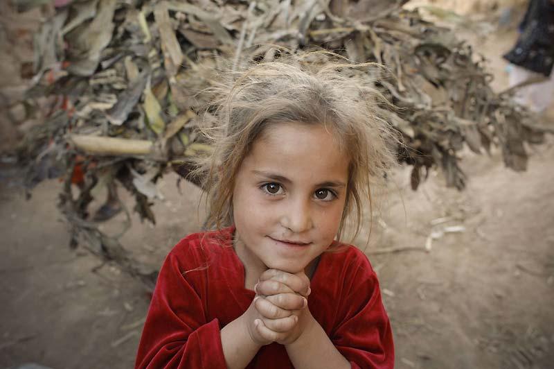 Cette jeune Afghane, réfugiée à Rawalpindi, au Pakistan, semble captivée par l'objectif du photographe et lui offre un joli sourire, le 12 avril.