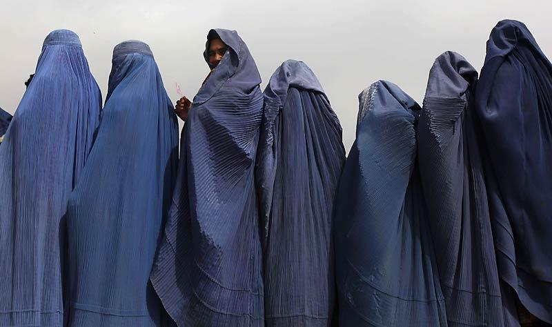 Jeudi 15 avril, à Kaboul, des veuves afghanes attendent à l'entrée d'une association afin de recevoir une aide alimentaire. On estime qu'elles sont plusieurs dizaines de milliers à se retrouver ainsi démunies au décès de leur mari, en raison, notamment de l'interdiction totale du travail hors de chez elles.